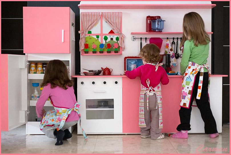 Jard n infantil pide a ni as llevar set de cocina - Cocinas de juguetes de madera ...