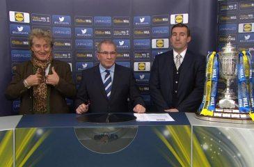 ¿Se pasó de copas? Rod Stewart asistió aparentemente ebrio al sorteo de la Copa de Escocia