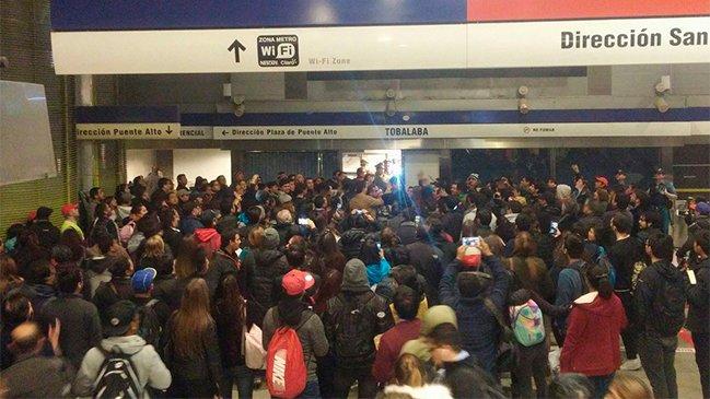 Usuarios de Metro registran incidentes en estación Tobalaba