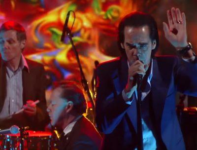 """Nick Cave tocó """"Rings of Saturn"""" en el late de Stephen Colbert"""