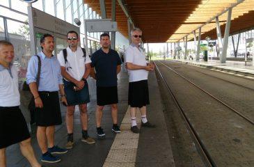 Hombres con faldas y vestidos para protestar en contra de la prohibición de los shorts en el trabajo