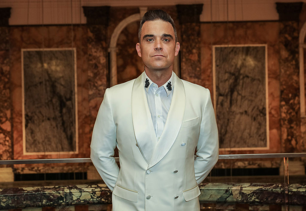Robbie Williams reaparece con nuevo álbum… y desnudo