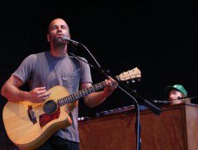 Jack Johnsonvisitará Chile con su nuevo material All the Light Above It Too