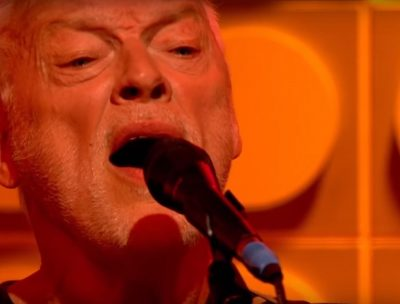 "David Gilmour realiza emotiva versión en vivo de ""A Boat Lies Waiting"""