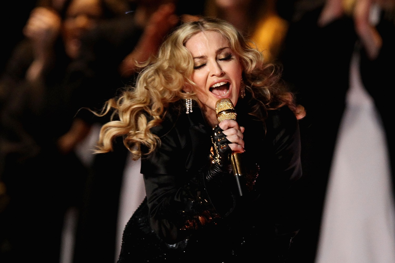 Madonna sorprende a pasajeros en avión