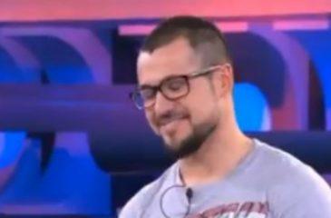 Concursante hace el ridículo en la televisión al fallar una respuesta que tenía en su polera