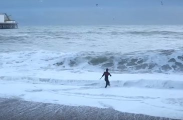 Mujer arriesgó su vida para salvar a su perro en playa inglesa