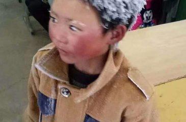 Niño tuvo que soportar temperaturas bajo cero para llegar a su escuela: Por su pelo se hizo viral
