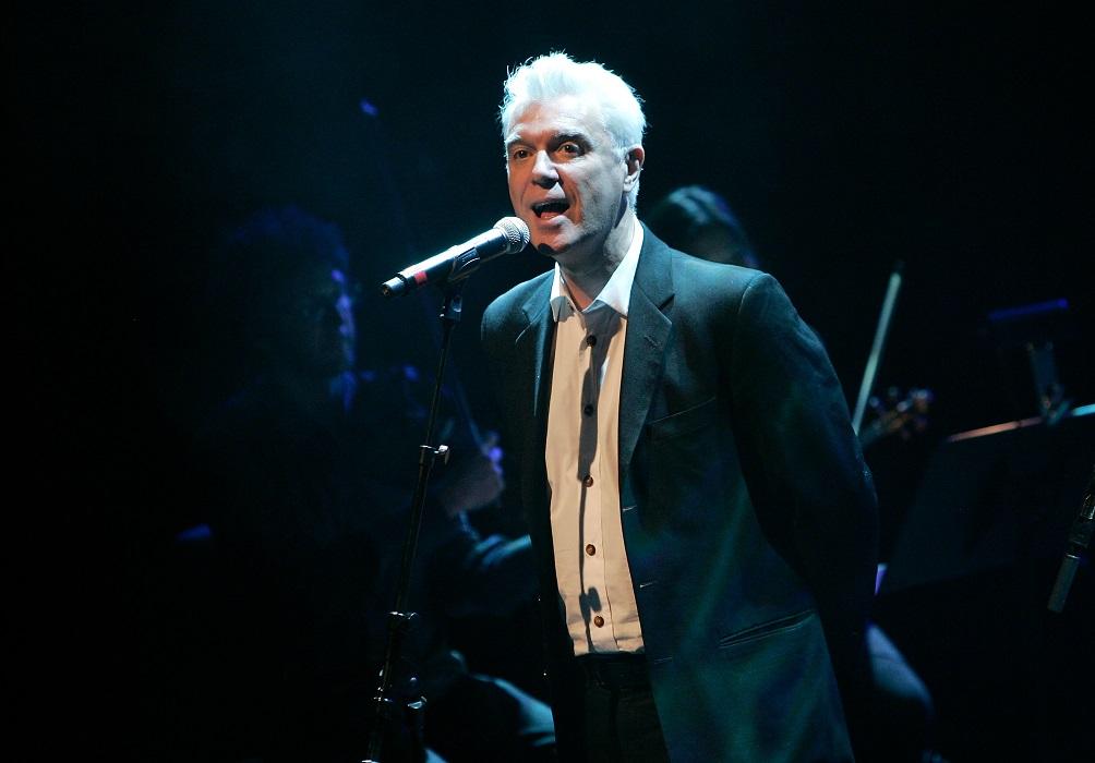 Mira a David Byrne cantando clásicos de David Bowie y Madonna junto a un coro