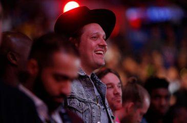 Win Butler de Arcade Fire fue a un karaoke… y cantó un tema de la banda