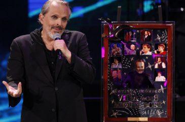 """Burlas desató el """"Premio ícono"""" que le entregaron a Miguel Bosé en el Festival de Viña"""