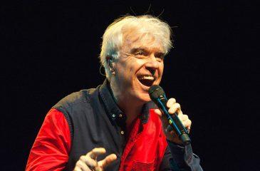 """David Byrne publicó el clip de """"Everybody's Coming To My House"""""""