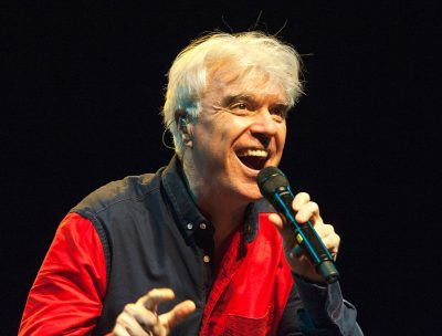"David Byrne publicó el clip de ""Everybody's Coming To My House"""