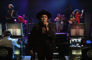 Arcade Fire interpretó canciones de Everything Now en Saturday Night Live