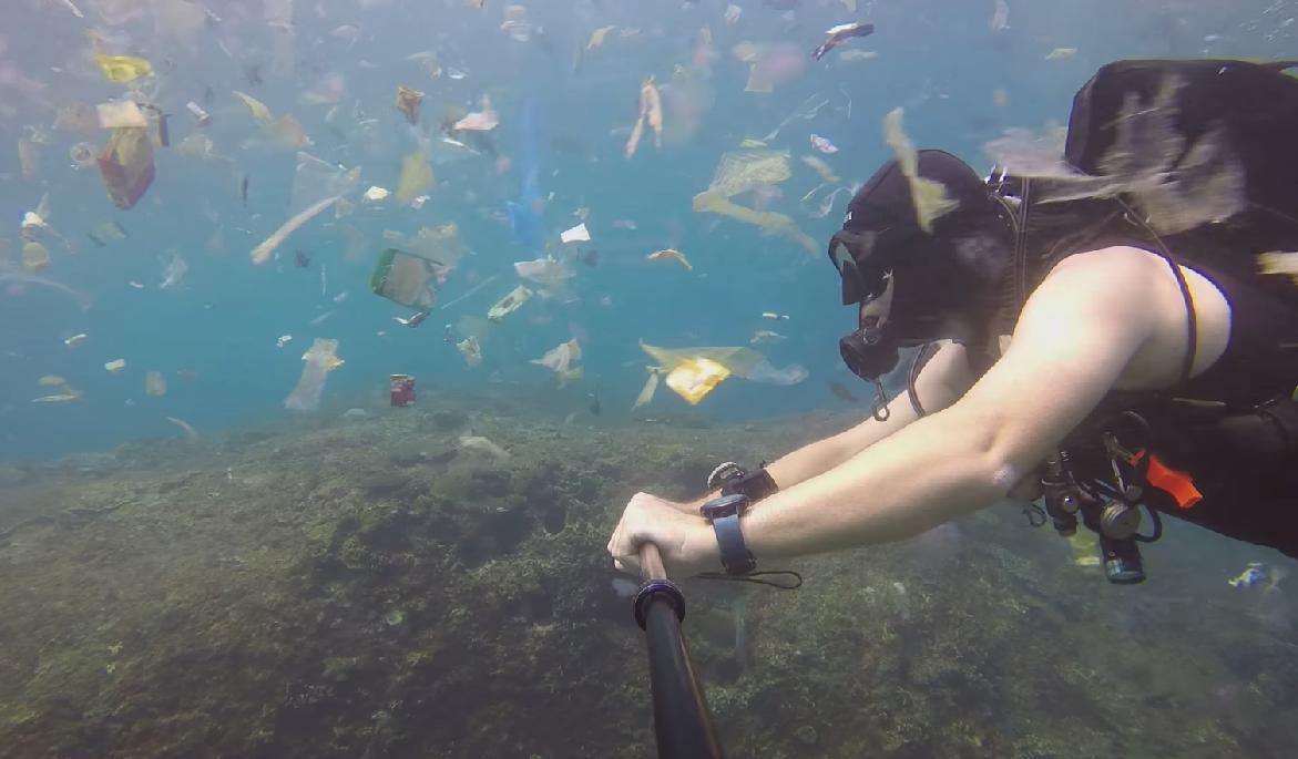 Buzo grabó en Bali un océano lleno de plástico VIDEO — Devastador