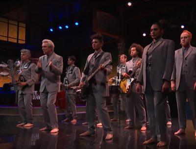 Con coreografía incluida: David Byrne tocó single de su nuevo disco en la TV estadounidense
