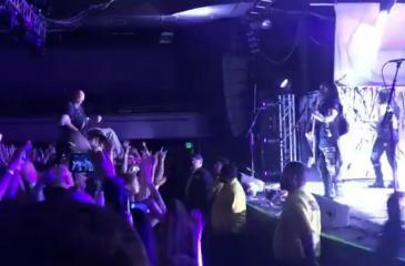 Público levanta a un fan en silla de ruedas para que pueda ver mejor el show
