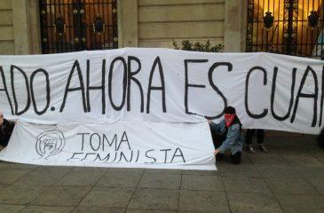 Alumnas inician toma feminista en la casa centra de la Universidad Católica