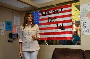 Melania Trump y su impresentable chaqueta en visita a niños migrantes