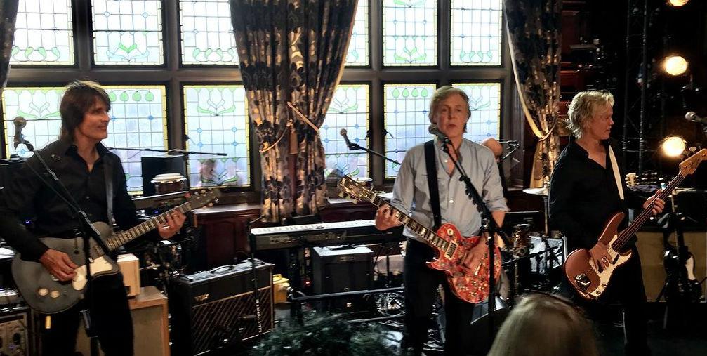 Paul McCartney ofrece concierto secreto en pub de Liverpool