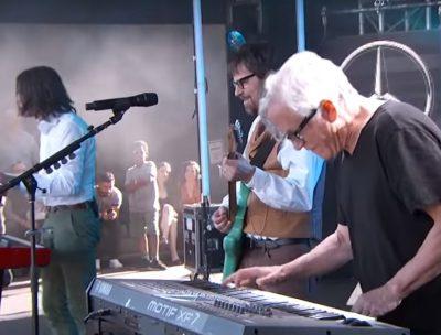 "Weezer tocó ""Africa"" de Toto junto a Steve Porcaro"