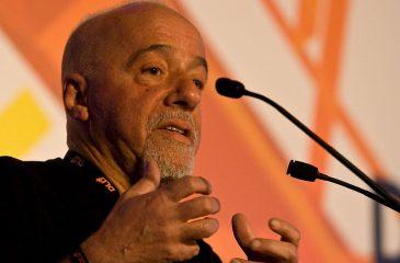 Paulo Cohelo se enojó con periodista que cuestionó su hippismo
