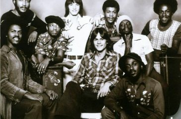 "13 de agosto: KC & The Sunshine Band conquistó el Reino Unido con ""Give It Up"""