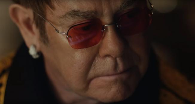 Elton John protagoniza emocionante comercial navideño