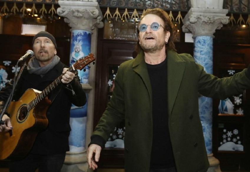 Vocalista y guitarrista de U2 tocaron como músicos callejeros en Nochebuena
