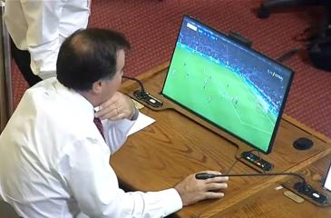 Te pillamos, honorable: Diputado miraba fútbol en plena interpelación a Chadwick