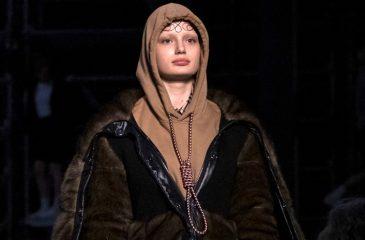 Desfile de moda incluye prenda con nudo de ahorcado