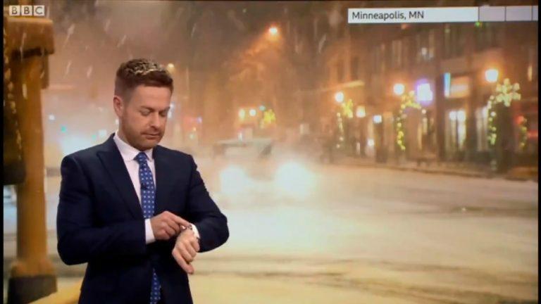 Siri contradice a meteorólogo en su transmisión en vivo — Vídeo