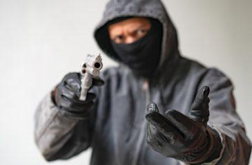 Ladrón armado pistola trapero web