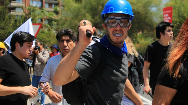 Manifestante del Rechazo agrede a periodistas