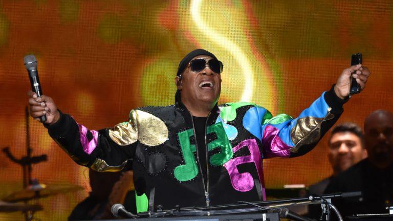 Stevie Wonder lanza 2 canciones, actualiza sobre su salud