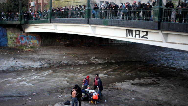 Carabinero empuja a adolescente al río A_UNO_1218321 web