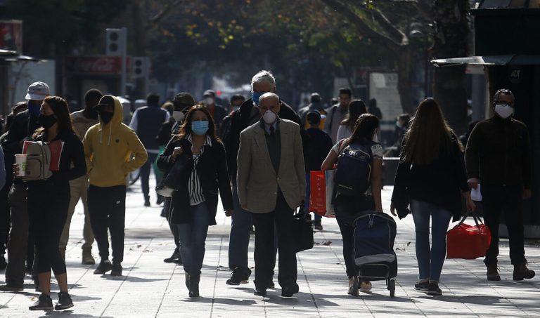 Gran Cantiadad De Personas Circulan En Santiago Centro