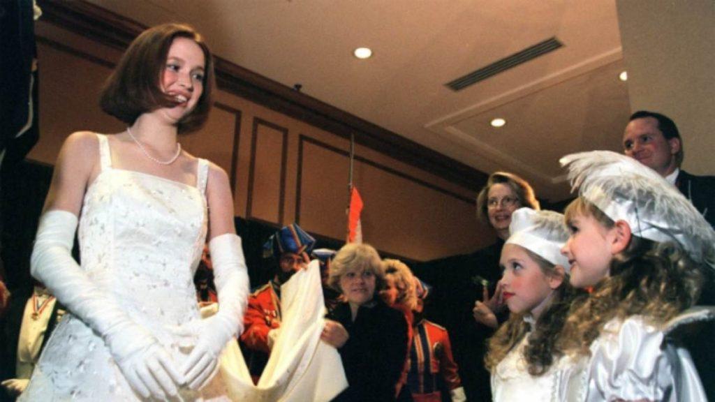 Ellie Kemper En El Baile De Los Profetas Velados De 1999
